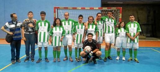Los chicos y chicas de la Asociación de Discapacitados de Ibiza y Formentera (ADDIF) juegan cada miércoles a fútbol sala en Figueretes.