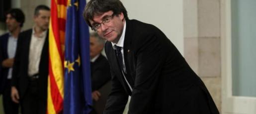 Carles Puigdemont durante la firma.