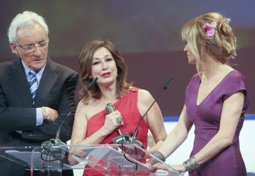 La periodista Ana Rosa Quintana (c) junto a sus compañeros de profesión Luis del Olmo (i) y Susana Griso tras recibir su galardón en la categoría de televisión durante la celebración la IX edición de los premios Micrófono de Oro.