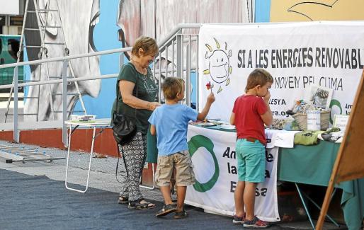 Durante la mañana de ayer, Amics de la Terra organizó diferentes actividades de concienciación, además de actuaciones en directo y la creación de un mural.