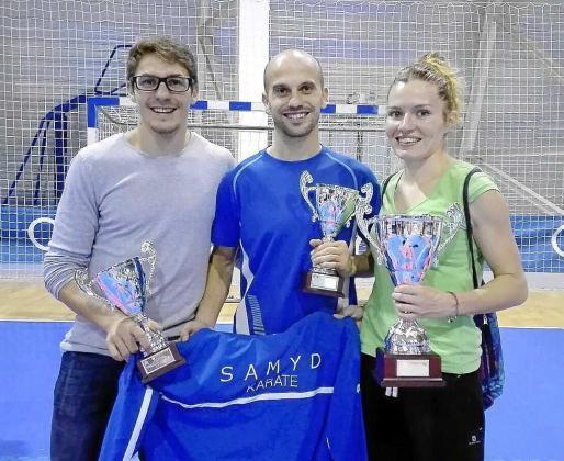 Pedro Román, Daniel Pérez y Cristina Ferrer, ayer con sus trofeos en Oviedo.