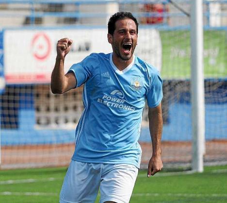 Cirio, de la UD Ibiza, celebra un gol.