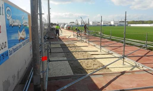 Los operarios comenzaron ayer la instalación de las gradas supletorias en el Campo Municipal de Sant Francesc.