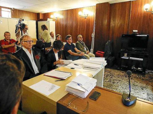 Imagen de algunos de los letrados de las acusaciones y de los dos acusados.