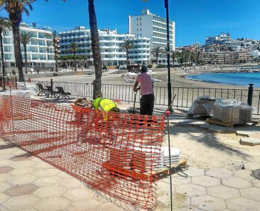 La pasada primavera se llevaron a cabo varias actuaciones por parte del Ayuntamiento de Vila en el paseo de ses Figueretes, como la sustitución de baldosas rotas.