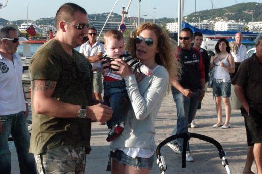 Borja y Blanca, con su primer hijo Sacha, en una imagen de archivo en Ibiza.
