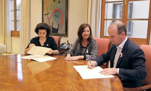 De izq. a dcha. Fina Santiago, Francina Armengol y Jaume Ferrer, ayer, en la firma del convenio.