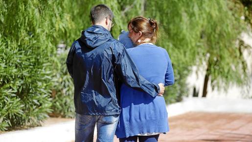 La pareja residente en la isla con su pequeño de siete meses en brazos.
