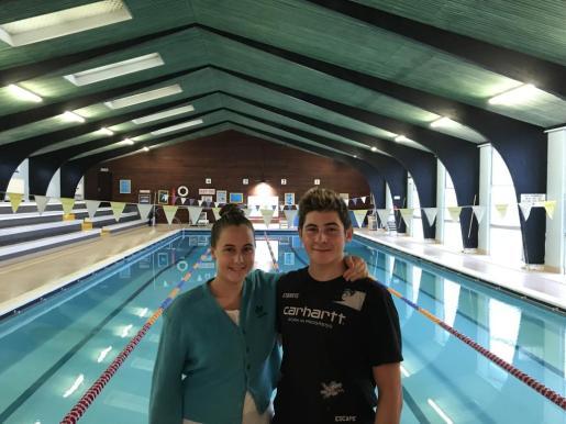 Mar y Ashley posan juntos en las instalaciones del Brighton Swimming Club ayer por la mañana.