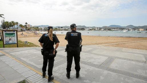 Imagen de dos agentes de la Policía Local en s'Arenal.