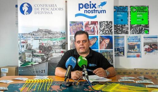 Pere Varela durante la presentación de la semana del calamar que se celebrará la próxima semana en la isla.