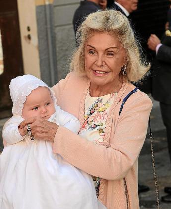 Beatriz d'Orléans posa orgullosa con su nieto Philippe.