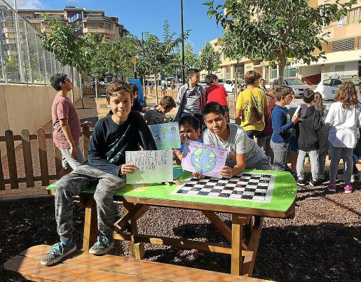 Los alumnos de cuarto de Primaria de Sa Bodega mostraron ayer algunas de sus creaciones para concienciar sobre la necesidad de mantener la ciudad limpia.