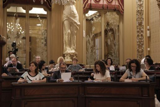 Imagen del pleno del Parlament con la presidenta Francina Armengol, Biel Barceló, Pilar Costa y Catalina Cladera en primer plano.