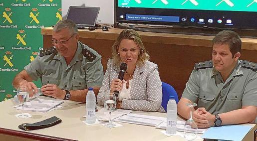 La delegada del Gobierno, Maria Salom, junto a los mandos de la Guardia Civil.