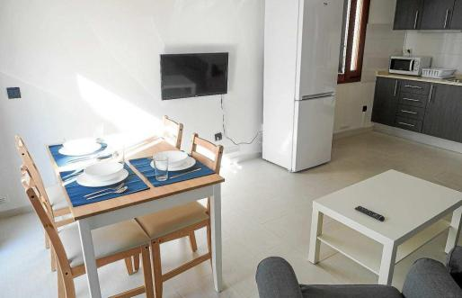 Fotografía del salón de uno de los tres pisos municipales destinados a emergencia social situados en Dalt Vila.