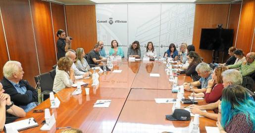 El primer gran encuentro entre la comunidad educativa, ayuntamientos y patronales se produjo ayer en el Consell d'Eivissa.