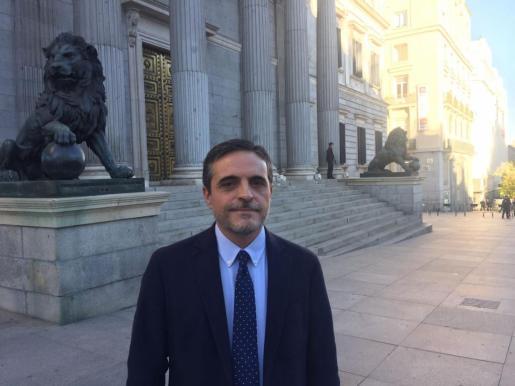 El ibicenco José Vicente Marí Bosó, a las puertas del Congreso de los Diputados.