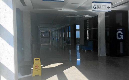 Imagen de la señalización de las gotera en el pasillo de Can Misses.