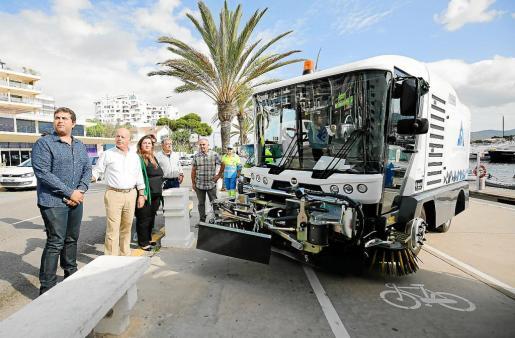 Presentación de los nuevos vehículos para la limpieza del municipio de Sant Antoni.  g Foto: ARGUIÑE ESCANDÓN