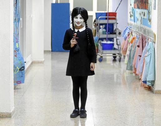 Esta niña, vestida como el popular personaje de Miércoles, de la Familia Adams, fue de los más originales de la fiesta de Can Misses. g Fotos: ARGUIÑE ESCANDÓN