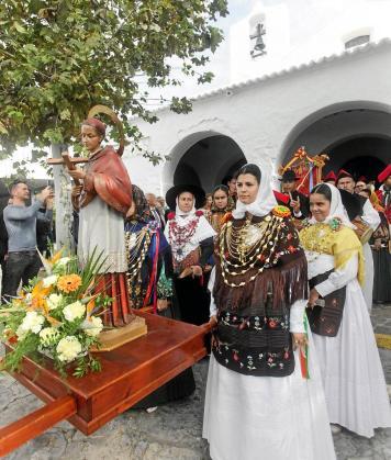 Los miembros de sa Colla de Sant Carles y los obreros de la parroquia, con el abanderado a la cabeza, abrieron la procesión.