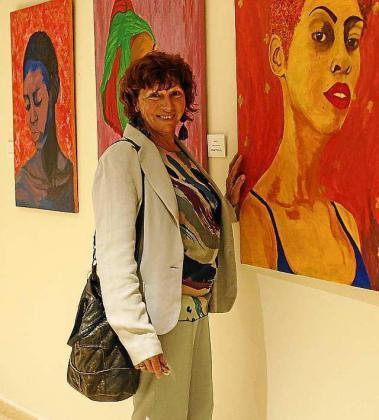 Nilda Ventura posa junto a sus obras expuestas en Sa Residència.