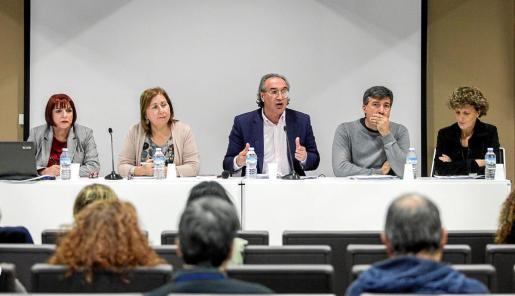 Imagen de la reunión que mantuvo ayer el conseller balear de Educació, Martí March, con los directores de los centros en las Pitiusas.