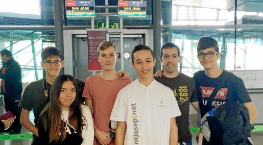 Jordi Cardona, Lucas Camero, María Pilligua, Pau Albiñana y Davir Ripoll, junto a David Solà momentos antes de embarcar rumbo a Costa Rica.