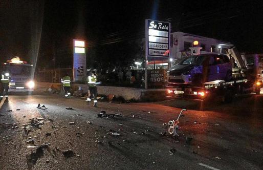 Agentes de la Agrupación de Tráfico de la Guardia Civil en el accidente mortal ocurrido hace una semana.