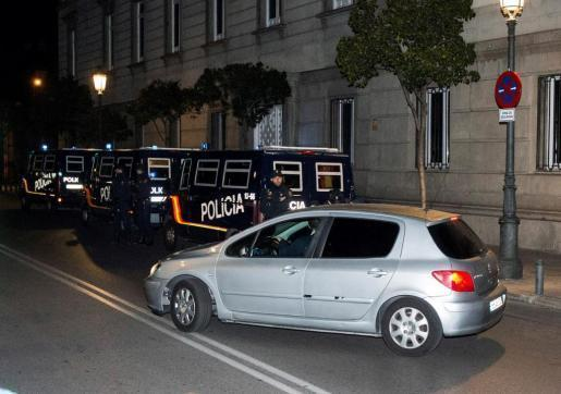 El coche que transporta a la presidenta del Parlament de Cataluña, Carme Forcadell, sale del Tribunal Supremo en dirección a la cárcel madrileña de Alcalá-Meco.