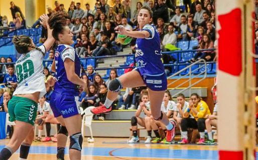 Carmen Campos se dispone a ejecutar un lanzamiento contra la meta del Elche.