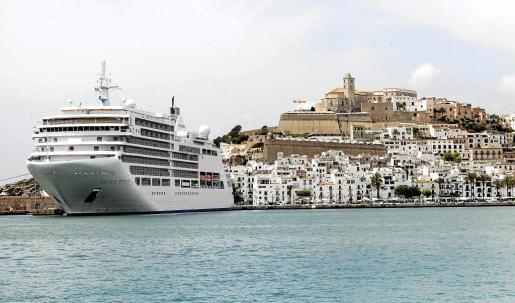 Vista general de Dalt Vila desde el puerto de la ciudad.