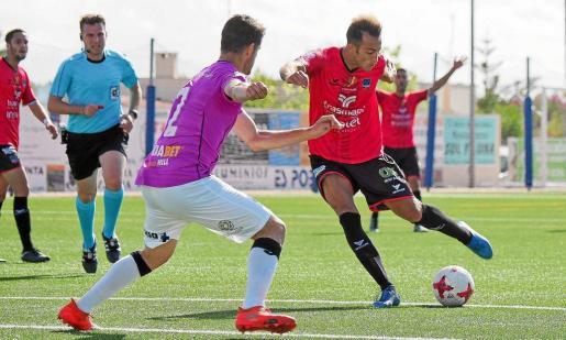 Álvaro se dispone a golpear el balón en una acción del partido entre el Formentera y el Lleida de la jornada anterior.
