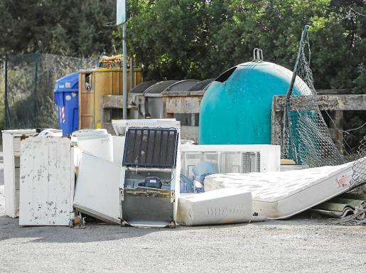 Los contenedores situados en la carretera de Corona estaban recogidos pero los vecinos habían tirado electrodomésticos, colchones y muebles.