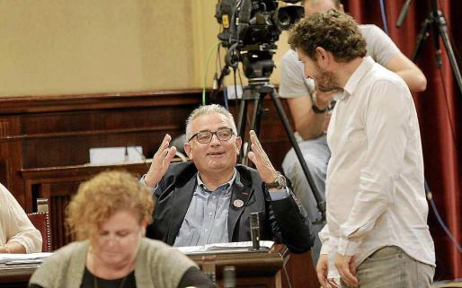 Alberto Jarabo saluda a Jaume Font en una imagen de archivo del Parlament.