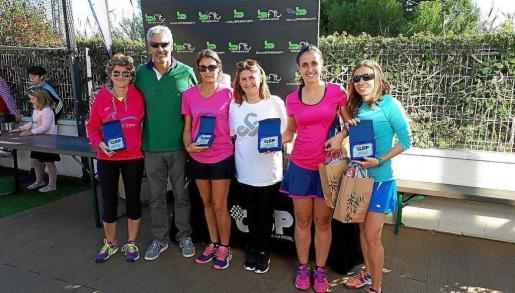 Las parejas finalistas de Segunda femenina posan junto a los organizadores del evento en las instalaciones de Bfit.