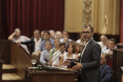 El conseller Biel Barceló en un pleno del Parlament balear.