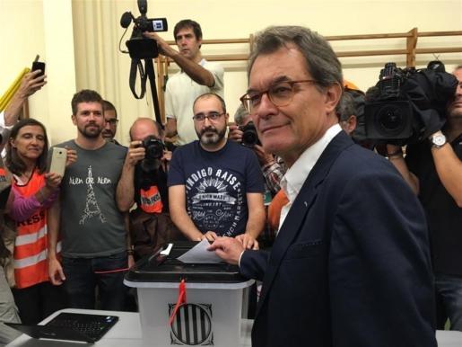 El expresidente de la Generalitat Artur Mas votando el 1-O