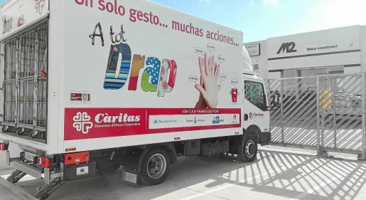 El centro de reciclaje textil A tot Drap, situado en el polígono de Montecristo, acogió ayer la presentación del nuevo camión de Cáritas para la recogida de alimentos y ropa en la isla de Ibiza.