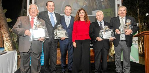 Entrega de la placa a los expresidentes de Pimeef Bartolomé Planells, José Colomar, Mariano Riera y Joan Tur acompañados de Alfonso Rojo y Pilar Costa.