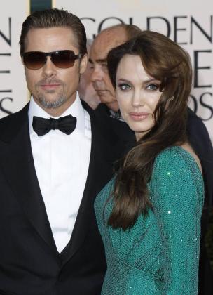 Los actores Brad Pitt (i) y Angelina Jolie (d) posan a su llegada a la 68 entrega de los Globo de Oro en el hotel Beverly Hilton de Los Àngeles.