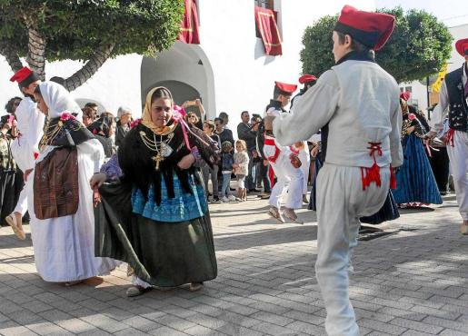 Inés bailando el jueves por la mañana junto a sus compañeros de la Colla de Santa Gertrudis.