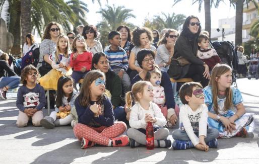 El Ayuntamiento de Santa Eulària organizó diferentes talleres durante la mañana de ayer para que los niños pudiesen celebrar el Día Universal de la Infancia.