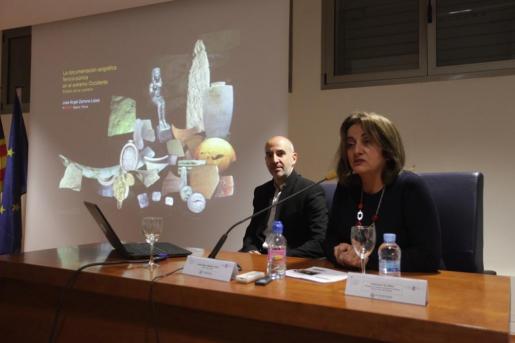 La primera conferencia impartida ayer por científico del CSIF, José Ángel Zamora López, fue presentada por la consellera Fanny Tur.