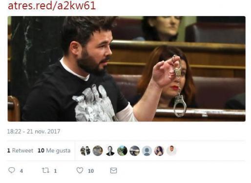 Tuit de Antena 3 que muestra el momento en el que Gabriel Rufián saca unos grilletes en el Congreso en protesta por los exconsellers de la Generalitat presos tras la declaración de independencia de Cataluña.