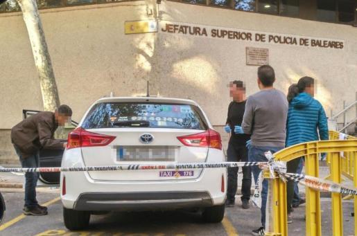 Agentes de la Policía Científica examinan el taxi en el que se apuñaló al taxista.