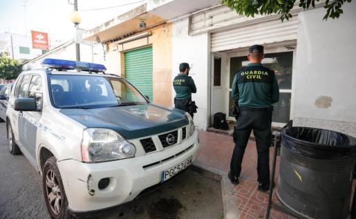 Dos agentes de la Guardia Civil custodiaron la entrada de la planta baja ubicada en el número 35 de la calle Soledad, el escenario del macabro hallazgo.