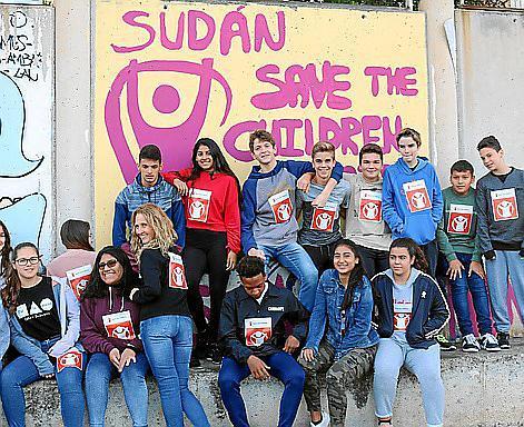 Los estudiantes de 1º de Bachillerato se toman muy en serio el recaudar fondos para Save The Children. Este año los distintos grupos han conseguido 1.477 euros.