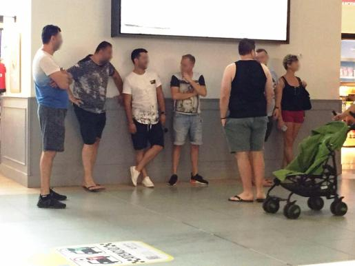 Un grupo de presuntos taxistas 'pirata', entre ellos 'La Rumana', esperando en la terminal del aeropuerto de Ibiza.